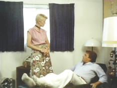 Зрелая блондинка с волосатым лобком раздевается и трахается с парнем