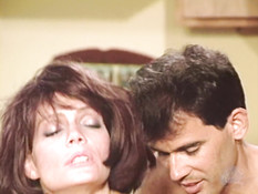Рыжая парикмахерша с большими дойками трахается с мужиком на столе