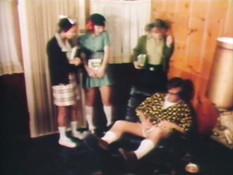 Три развратные девки отсасывали член и трахались с мужчиной в очках