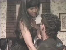 Мужчина сделал куннилингус азиатской любовнице и отымел её на диване