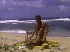 Мужик трахает на пустынном тропическом пляже загорелую сисястую жену