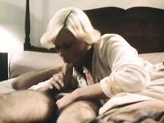Мужчина вышел из душа и занялся сексом с блондинкой и брюнеткой