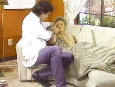 Доктор оттрахал на диване сексуальную блондинку с волосатой киской
