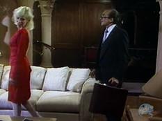 Мужик в деловом костюме отымел страстную блондинку в красном платье
