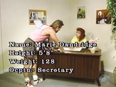 Секретарша с рыжими волосами надрачивает хуй и ебётся на рабочем столе