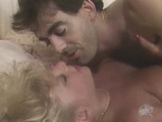 Мужчина отодрал на кровати кудрявую блондинку и кончил на её личико