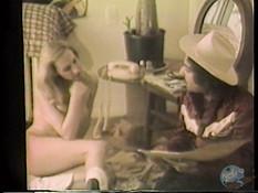 Голая блондинка с волосатым лобком ебётся с парнем в ковбойской шляпе