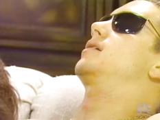 Мужик в очках отымел женщину на диване и кончил на красивую задницу