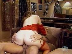 Жаждущая секса кудрявая женщина решила соблазнить молодого курьера