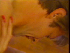Мужчина отодрал на кровати свою кудрявую любовницу и кончил на лобок