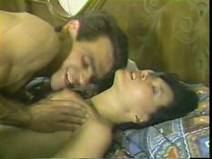 Брюнетка с волосатой киской оттрахана на кровати в пизду и задницу