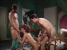 Сисястая дамочка вошла в комнату к двум мужчинам и предложила секс