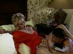 Усатый мужчина отодрал на кровати сиськастую светловолосую любовницу