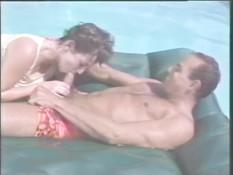 Мужчина делает даме куни и трахает её на надувном матрасе в бассейне