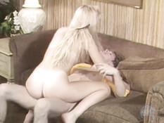 Блондинка с маленькой грудью отымела своего жениха в позе наездницы