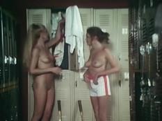 Лесбийский секс в душе двух молодых теннисисток с волосатыми лобками