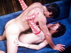 Кудрявая женщина жадно отсасывает член и ебётся с мужиком на диване