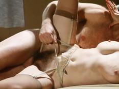 Мужик трахает на кровати зрелую грудастую брюнетку в волосатую киску