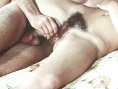 Юная брюнетка с волосатой киской в постели ебётся с бородатым парнем