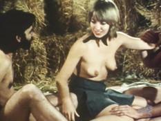 Коротко подстриженная блондинка на сеновале ебётся с двумя мужиками