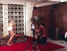 Фотограф во время фотосессии оттрахал блондиночку в волосатую письку