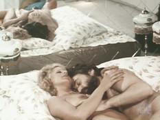 Бородатый мужчина на кровати оттрахал блондинку в волосатую письку