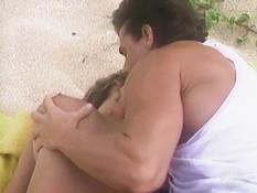 Встретил на морском пляже грудастую блондинку и занялся с ней сексом