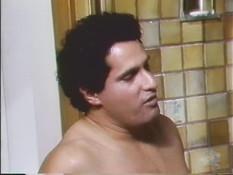 Рыжеволосая грудастая дамочка трахается с мужчиной в ванной комнате