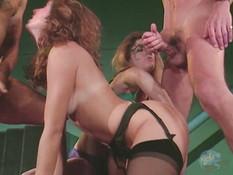 Блондинка и рыжеволосая девушка оттраханы мужиками в волосатые киски