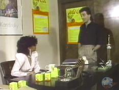 Зашёл в офис и отымел на рабочем столе горячую чернокожую секретаршу
