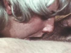Грудастая блондинка с волосатой пиздой трахается в анал с мужчиной