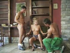 Худой блондинке делают двойное проникновение и поливают лицо спермой