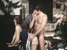 Мужик наблюдал за лесби сексом трёх женщин и ебал их в разных позах