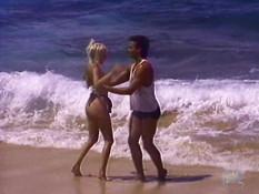 Горячая блондинка с большой грудью ебётся с мужиком на морском пляже