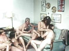 Четыре худые девушки с волосатыми письками трахаются с тремя парнями