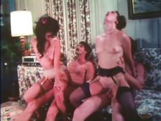 Две подруги танцуют для мужиков стриптиз и ебутся с ними на диване