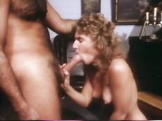 Усатый парень ебёт возбуждённую кудрявую блондинку в волосатую киску