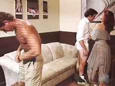 Девушка мастурбирует пизду наблюдая как две парочки ебутся на диване