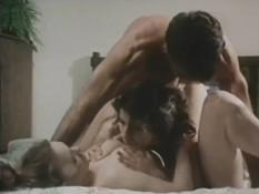 Усатый мужчина трахает молодых блондинку и шатенку в волосатые киски