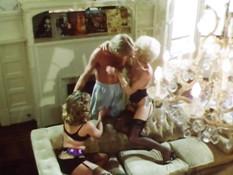 Мужчина отвлёк двух блонд от лесби секса и отымел в волосатые киски