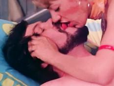 Ненасытный бородатый мужчина отымел и забрызгал спермой двух женщин