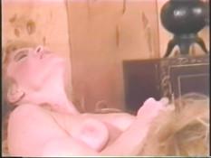 Две возбуждённые кудрявые лесбиянки отлизывают клиторы в позиции 69