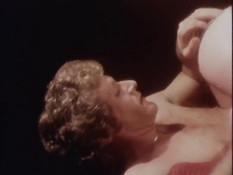 Шатенка в чулках ебёт мужика в позе наездницы и выдрачивает сперму