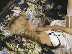 Любовницы лизали и трахали друг дружку фаллосами в волосатую киску