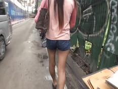 Он снял тайскую шлюху на улице и отодрал в номере в волосатую киску
