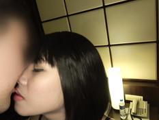 Турист привёл в номер худую тайскую девушку и дал отсосать свой член