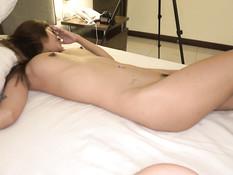 Иностранец снял тайскую девчонку и оттрахал во влагалище на кровати