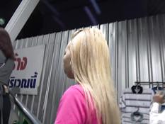 Худенькая тайская блондиночка занимается сексом с японским парнем