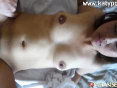 Татуированная тайская девка дрочит хуй и ебётся с мужиком на кровати