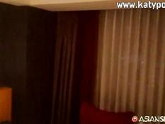 Мужик привёл в номер молодую тайскую шлюху и оттрахал её на кровати